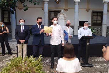 El alumno de 2º de bachillerato José Alberto Hoces recibe del Ayuntamiento de Granada el reconocimiento por obtener una de las diez mejores notas en la  PEvAU 2020
