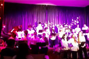 Gala de Primavera. El alumnado de 1º de Bachillerato interpreta en francés la canción «En chantant»
